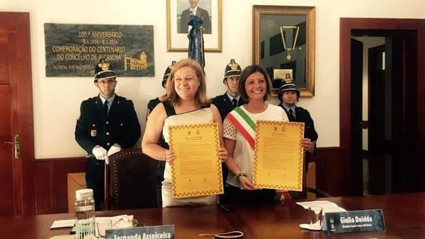 I due sindaci mostrano il documento di stipula appena dopo la firma